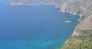 A costa ao norte da praia de Mirthos para Assos, Cefalônia, Ilhas Jónicas, Grécia. Author and Copyright Niccolò di Lalla