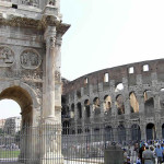 O Arco de Constantino e o Coliseu, Roma, Itália. Author and Copyright Marco Ramerini