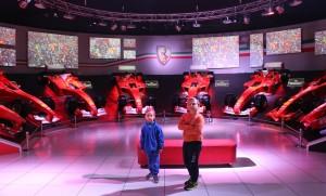 Crianças na sala de troféus, Museu Ferrari, Maranello. Autor e Copyright Marco Ramerini