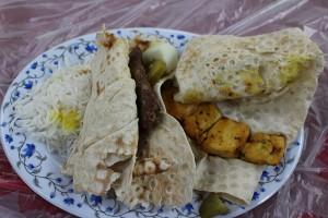 Kabab de carneiro e frango com pão e arroz. Autor e Copyright Marco Ramerini