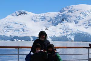 Andrea e Mattia com a mãe Laura na Antártida. Autor e Copyright Marco Ramerini