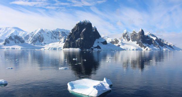Cape Renard e as Una Peaks, Lemaire Channel, Antártida. Autor e Copyright Marco Ramerini