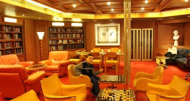 Andrea na biblioteca do navio. Autor e Copyright Marco Ramerini