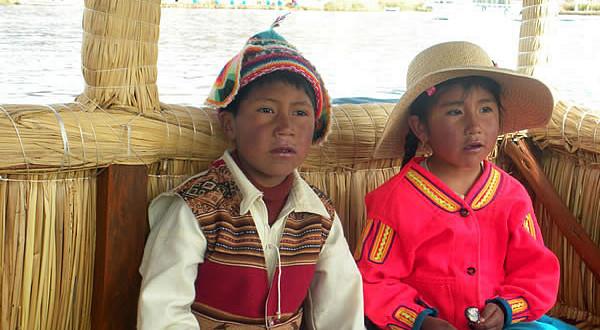 Crianças em trajes tradicionais, Peru. Author and Copyright Nello and Nadia Lubrina
