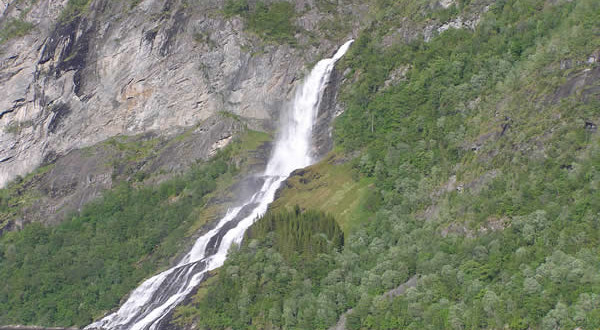 Cachoeira Friaren (Friarfossen), Geirangerfjord, Noruega. Autor e Copyright Marco Ramerini