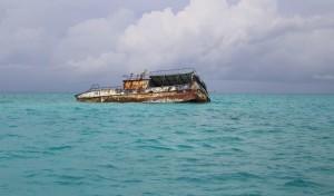 Naufrágio de um navio encalhado nos recifes de coral entre as Exumas e Long Island, Bahamas. Autor e Copyright Marco Ramerini