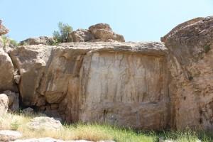 No centro o baixo-relevo da investidura de Ardashir I, à esquerda o baixo-relevo mais pequeno em que é representado o busto de Kartir, Naqsh-e Rajab, Irã. Autor e Copyright Marco Ramerini