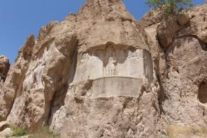 Baixo-relevo do rei Bahram II. Aqui também há vestígios do antigo baixo-relevo elamíta, Naqsh-e Rostam, Irã. Autor e Copyright Marco Ramerini