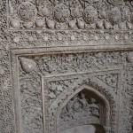 Detalhe de Mehrab ilkhanide ao longo do corredor coberto da entrada oriental da mesquita, Grande Mesquita (Mesquita Jāmeh), Isfahan, Irã. Autor e Copyright Marco Ramerini
