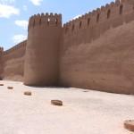 As paredes exteriores da cidadela de Rayen, Irã. Autor e Copyright Marco Ramerini