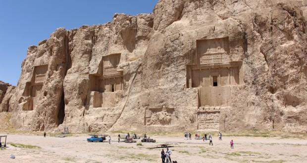 Os túmulos de Dario II, Artaxerxes I e Dario I, Naqsh-e Rostam, Irã. Autor e Copyright Marco Ramerini