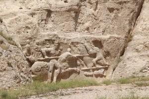 Sob o túmulo de Artaxerxes I são os baixos-relevos de Hormizd II (para baixo) e Shapur II (para cima, muito danificado), Naqsh-e Rostam, Irã. Autor e Copyright Marco Ramerini