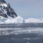 O lado sul do canal é muitas vezes bloqueados por grandes icebergs, Lemaire Channel, Antártida. Autor e Copyright Marco Ramerini