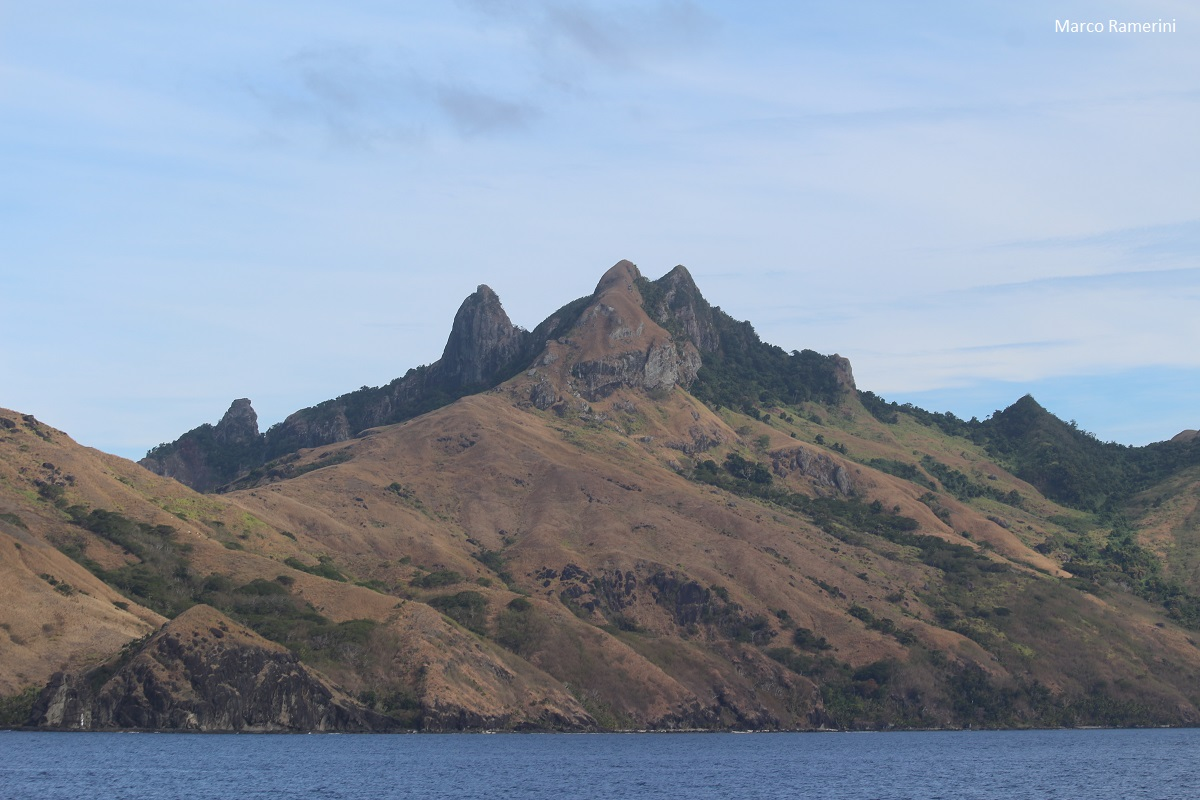 As espectaculares montanhas da Ilha Waya, Ilhas Yasawa, Fiji. Autor e Copyright Marco Ramerini