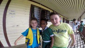 Andrea e Mattia com uma amiga, Ratu Namasi Memorial School, Yasawa island, Fiji. Autor e Copyright Marco Ramerini