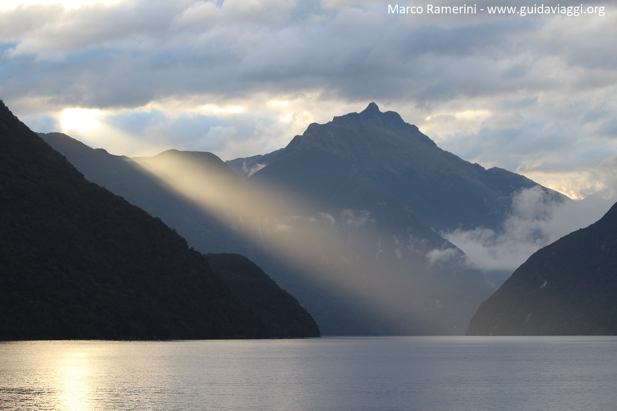 Nascer do sol no Doubtful Sound, Nova Zelândia. Autor e Copyright Marco Ramerini