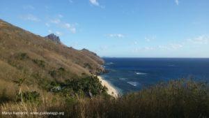 A praia do Octopus Resort vista do caminho da aldeia de Nalauwaki, Waya, Ilhas Yasawa, Fiji. Autor e Copyright Marco Ramerini