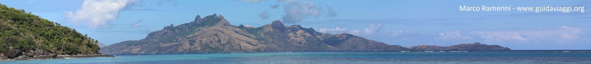 As montanhas da Ilha Waya, Ilhas Yasawa, Fiji. Autor e Copyright Marco Ramerini