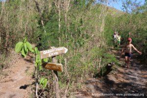 O início do caminho para o ponto mais alto da ilha, Kuata, Ilhas Yasawa, Fiji. Autor e Copyright Marco Ramerini