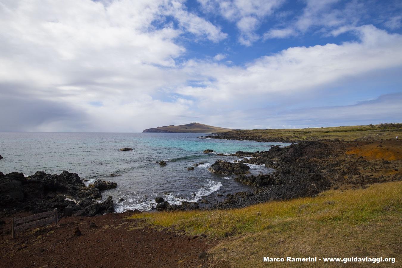 A costa norte da ilha vista de Ovahe, Ilha de Páscoa, Chile. Autor e Copyright Marco Ramerini.