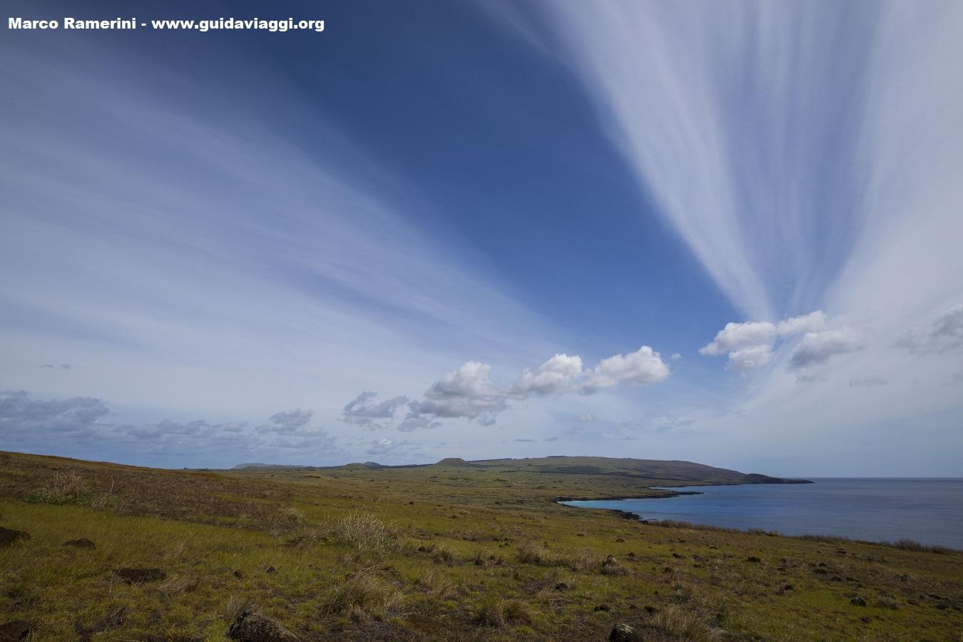 Panorama de toda a ilha a partir do vulcão Poike. No fundo fica o vulcão Terevaka, o pico mais alto da ilha. Ilha de Páscoa, Chile. Autor e Copyright: Marco Ramerini