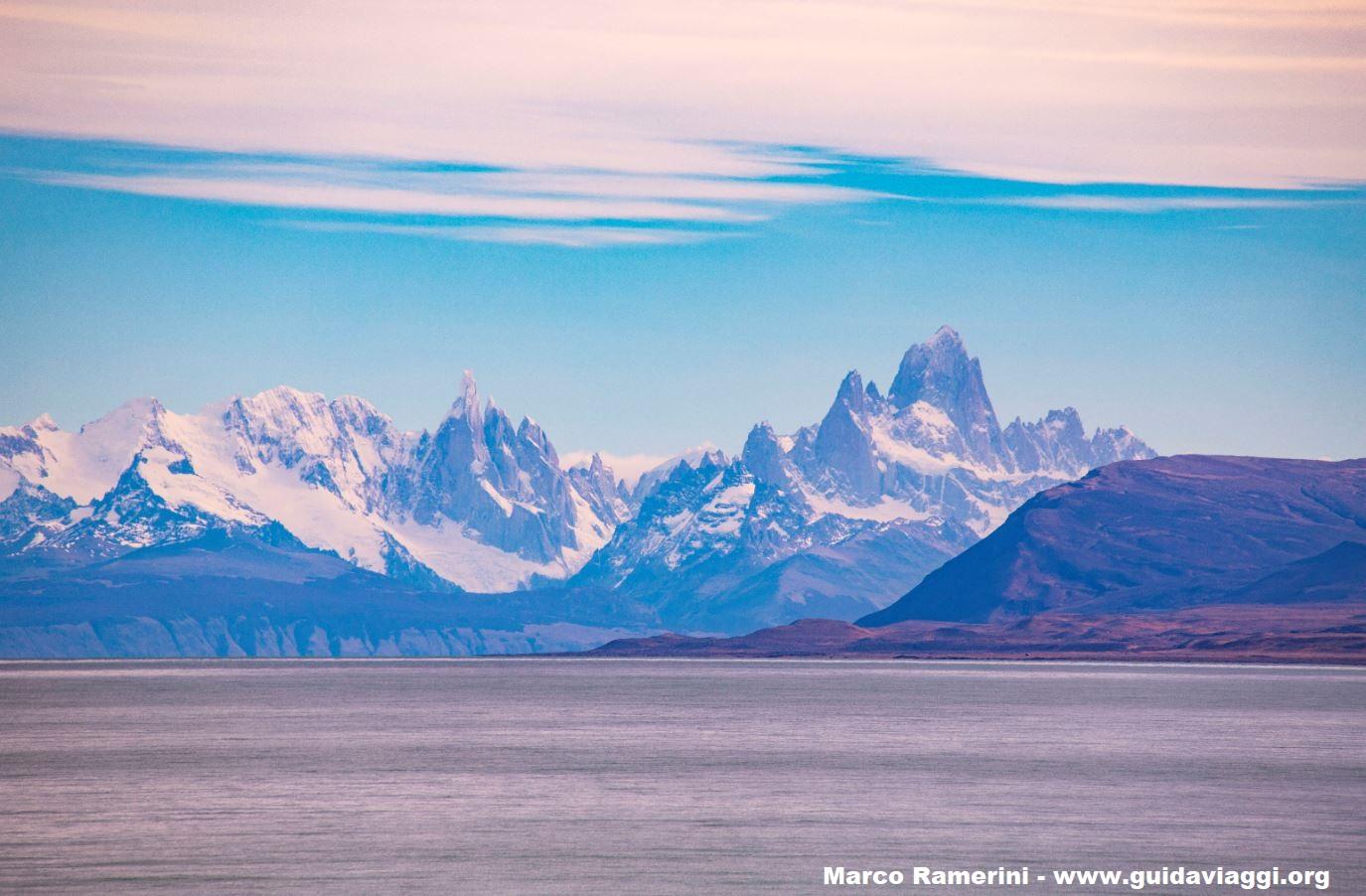 O Cerro Torre e o Monte Fitz Roy visto do Lago Viedma perto de La Leona, Argentina. Autor e Copyright Marco Ramerini
