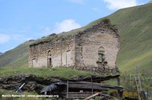 As ruínas da igreja, Dartlo, Tusheti, Geórgia. Autor e Copyright Marco Ramerini
