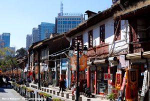 Ainda cantos da antiga Kunming coexistem ao lado de bairros modernos, Kunming, Yunnan, China. Autor e Copyright Marco Ramerini