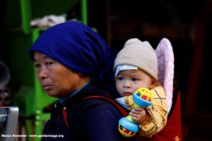 Mulher com criança, Shengcun, Yuanyang, Yunnan, China Autor e Copyright Marco Ramerini ...