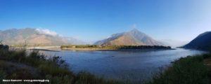 A curva do Yangtze (Rio Azul), Shigu, Yunnan, China. Autor e Copyright Marco Ramerini