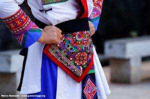 Detalhe de um vestido, Shilin, Yunnan, China. Autor e Copyright Marco Ramerini ...