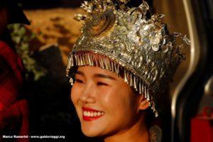 Menina com traje tradicional, Baisha, Lijiang, Yunnan, China. Autor e Copyright Marco Ramerini.
