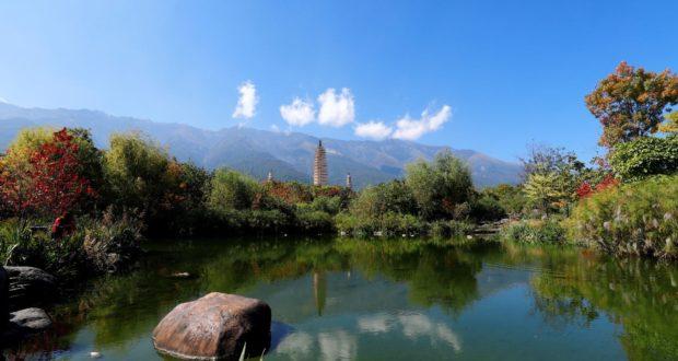 Três pagodes do templo de Chongsheng, Dali, Yunnan, China. Autor e Copyright Marco Ramerini