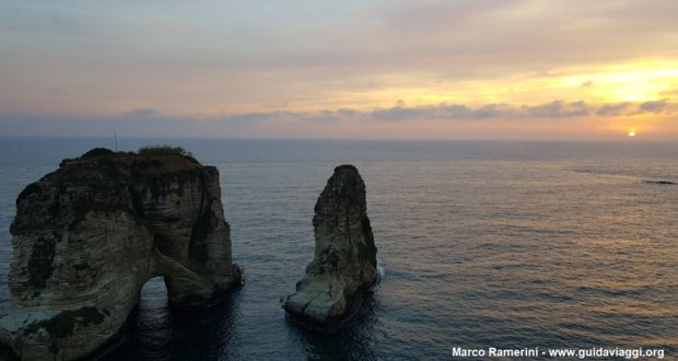 Por do sol nas rochas do Raouché, Beirute, Líbano. Autor e Copyright Marco Ramerini