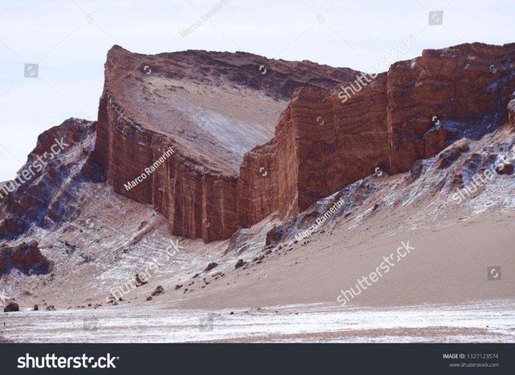 Formações rochosas do deserto de Atacama. Os estratos rochosos do Anfiteatro no Vale da Lua (Valle de la Luna), Deserto de Atacama, Chile. Autor e Copyright Marco Ramerini