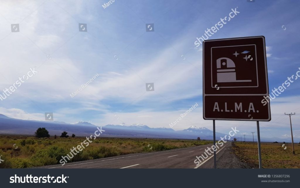 O sinal de trânsito indicando a entrada principal do Atacama Large Millimeter Array (ALMA), um interferômetro astronômico no deserto de Atacama, Chile. Autor e Copyright Marco Ramerini