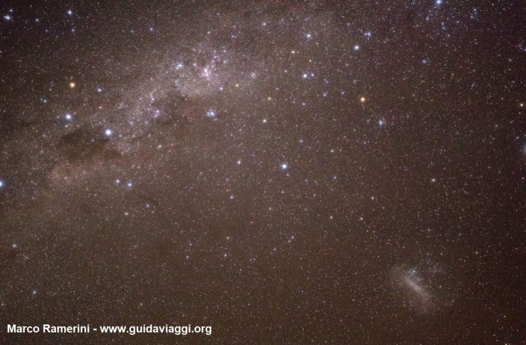 A Via Láctea com o Cruzeiro do Sul, Eta Carinae e a Grande Nuvem de Magalhães. Deserto de Atacama, Chile Autor e Copyright Marco Ramerini