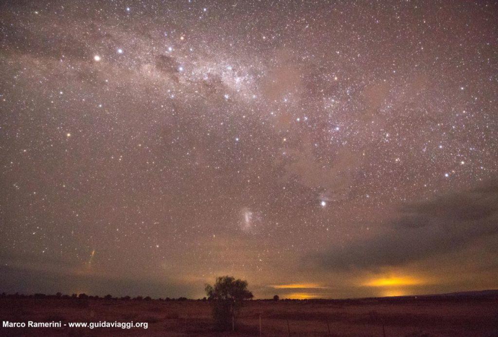 A Via Láctea, logo após o pôr do sol, com o Cruzeiro do Sul, Eta Carinae e a Grande Nuvem de Magalhães. Deserto de Atacama, Chile Autor e Copyright Marco Ramerini.