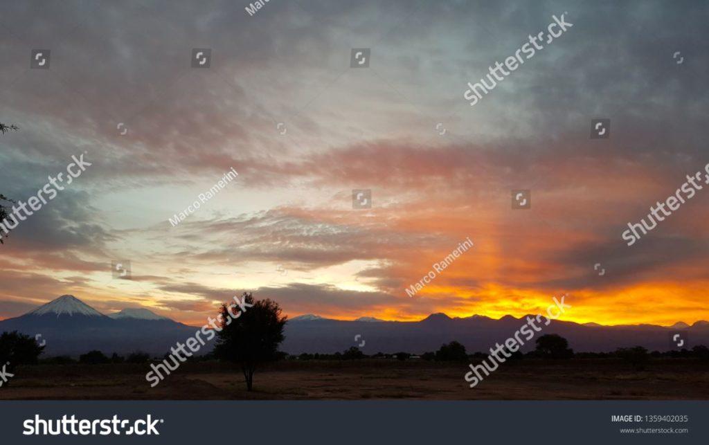 Maravilhoso amanhecer nos vulcões da cordilheira dos Andes, no norte do Chile (à esquerda, o cone perfeito do vulcão Licancabur), Deserto de Atacama, Chile. Autor e Copyright Marco Ramerini
