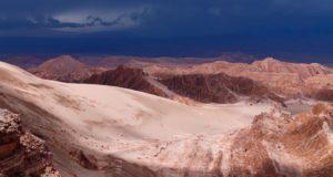 Nuvens de tempestade na paisagem do deserto de Atacama. As rochas do Vale de Marte e Cordillera de la Sal, Deserto de Atacama, Chile Autor e Copyright Marco Ramerini