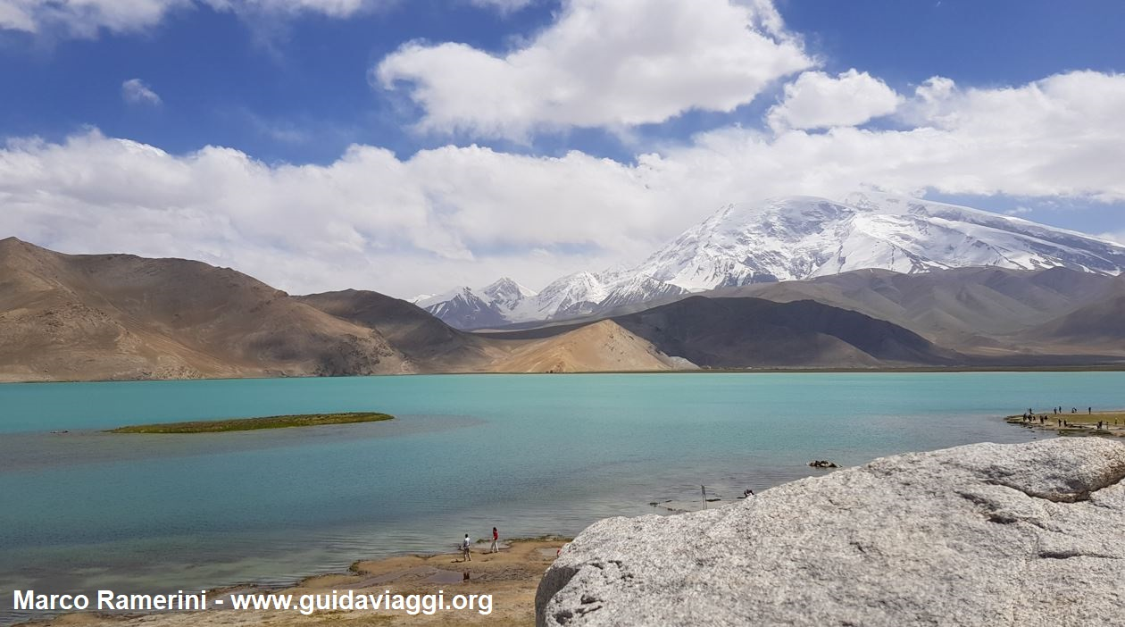 O Monte Muztagh Ata e Lago Karakul, Xinjiang, China. Autor e Copyright Marco Ramerini