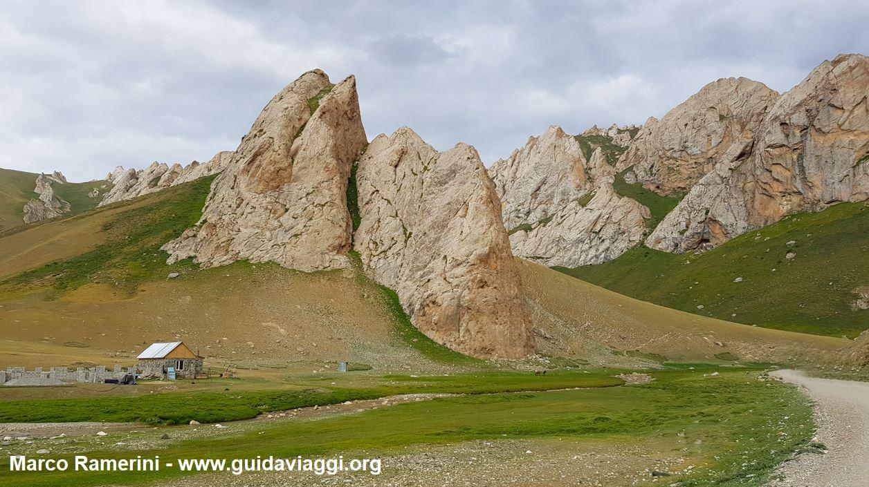 Montanhas perto da caravançarai de Tash Rabat, Quirguistão. Autor e Copyright Marco Ramerini