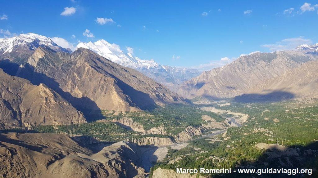 Vista do vale de Hunza e das Montanhas da Ásia Central do Ninho da águia, Paquistão. Autor e Copyright Marco Ramerini