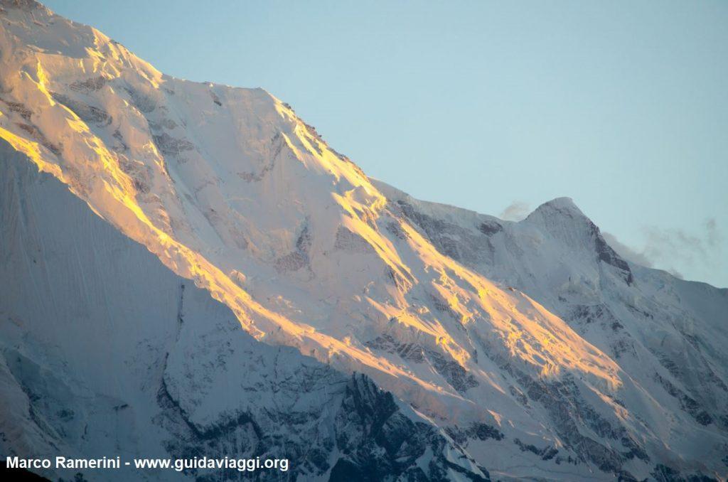 A parede do Monte Rakaposhi ao pôr do sol, Karakorum, Paquistão. Autor e Copyright Marco Ramerini