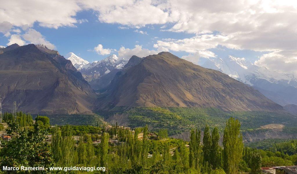 O vale de Hunza com o Rakaposhi, o Haramosh e o pico de Diran. Paquistão. Autor e Copyright Marco Ramerini