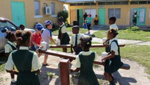 Os balanços, Glintons Primary School, Bahamas. Autor e Copyright Marco Ramerini