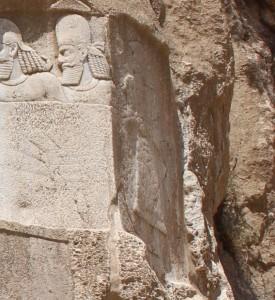 Restos do antigo baixo-relevo elamita, Naqsh-e Rostam, Irã. Autor e Copyright Marco Ramerini