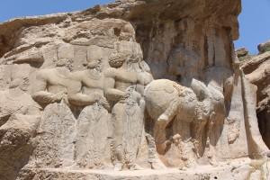 Shapur I a cavalo, seguido por membros de sua família e os mais altos dignitários do Estado, Naqsh-e Rajab, Irã. Autor e Copyright Marco Ramerini