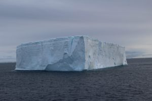 Icebergue tabular, Hope Bay (Bahía Esperanza), Antarctic Sound, Antártida. Autor e Copyright Marco Ramerini