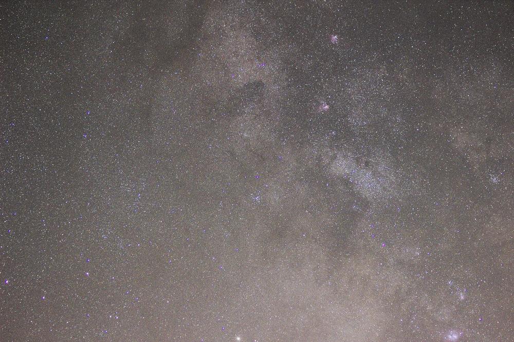 Nebulosas Omega (M17), Eagle (M16), Trifida (M20) e Laguna (M8), Sagitta. Objetiva Canon USM (70-300 mm) 70 mm F 4.0, ISO 1600, velocidade do obturador 2 minutos, seguindo com a Sky Adventurer SkyWatcher. Autor e Copyright Marco Ramerini